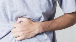 Malade qui se tient le ventre