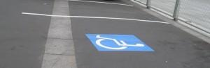 Une place de parking réservé aux personnes handicapées