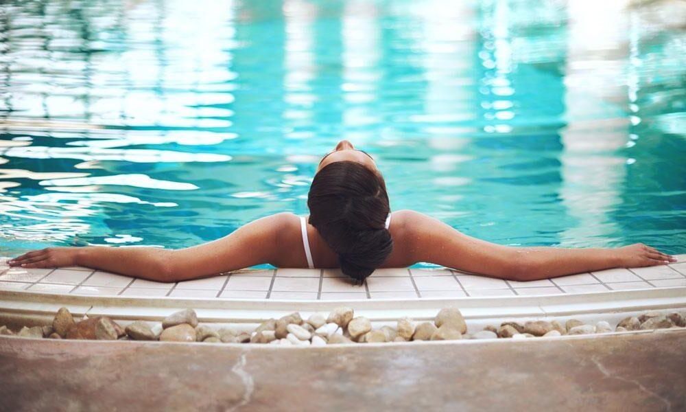 Une femme dans une piscine thalasso