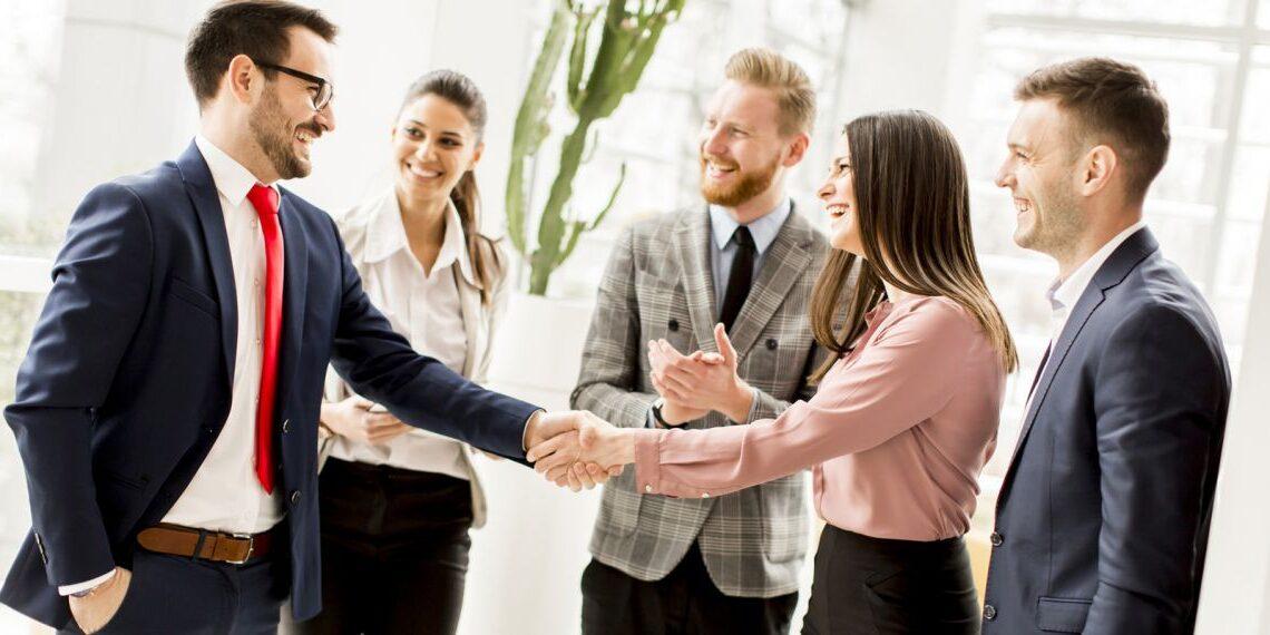 des employés se serrant la main