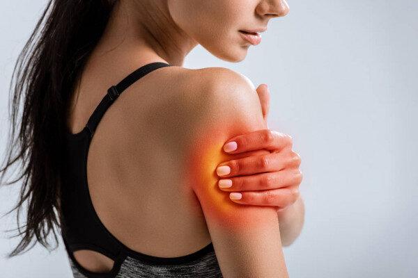 une femme avec une douleur au bras