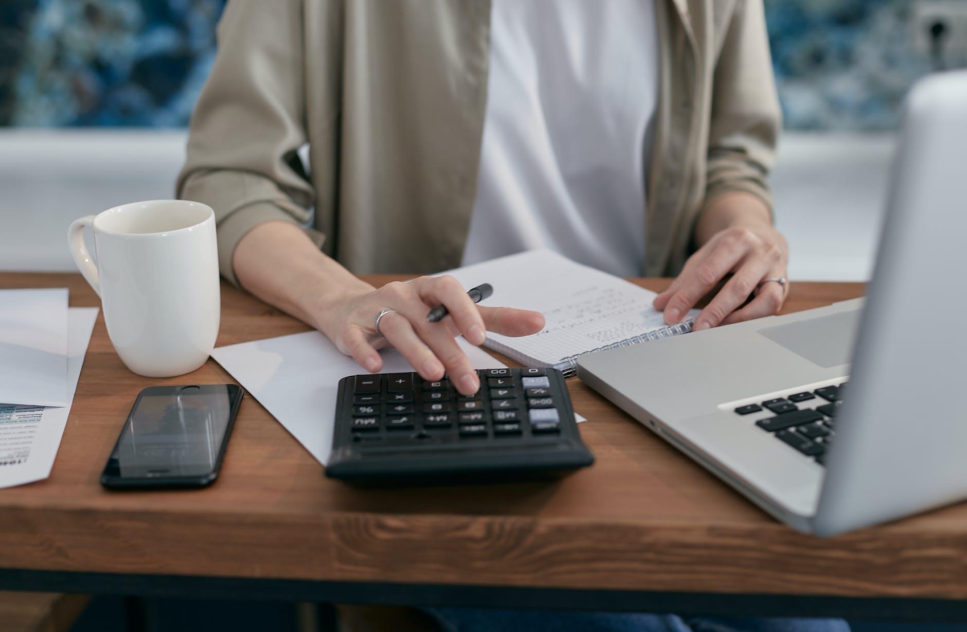 une femme sur un bureau avec une calculatrice