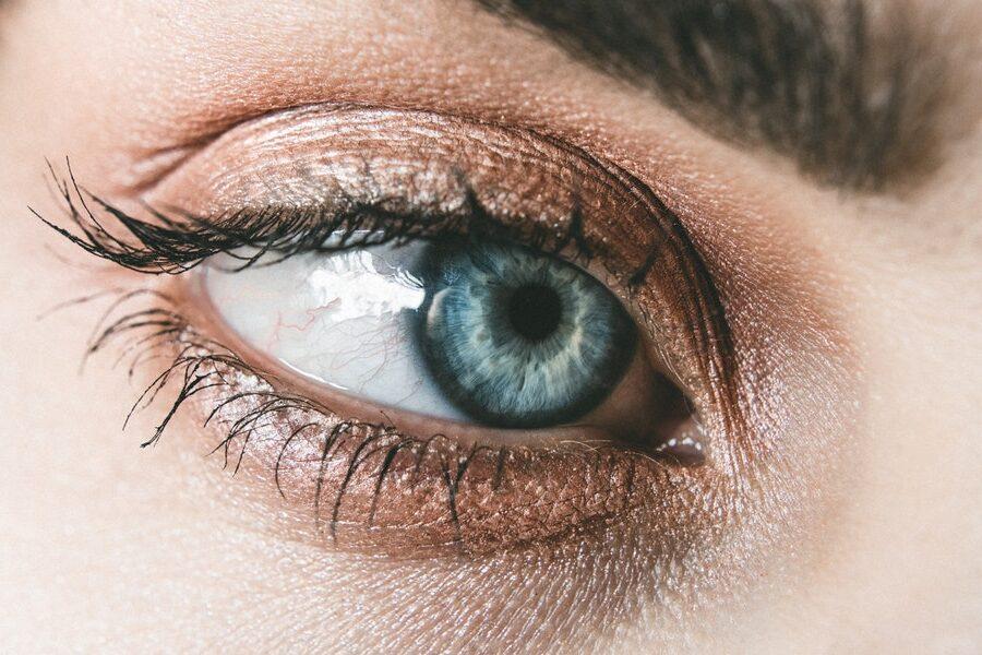 un œil bleu