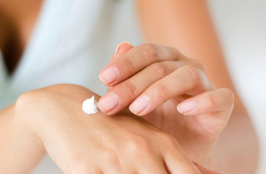 Crème sur la main