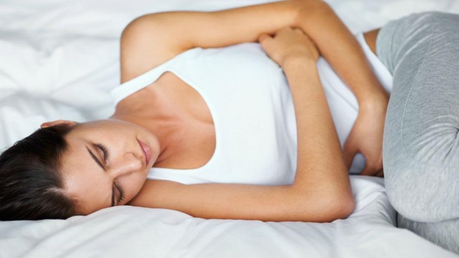 Femme souffrante dans son lit