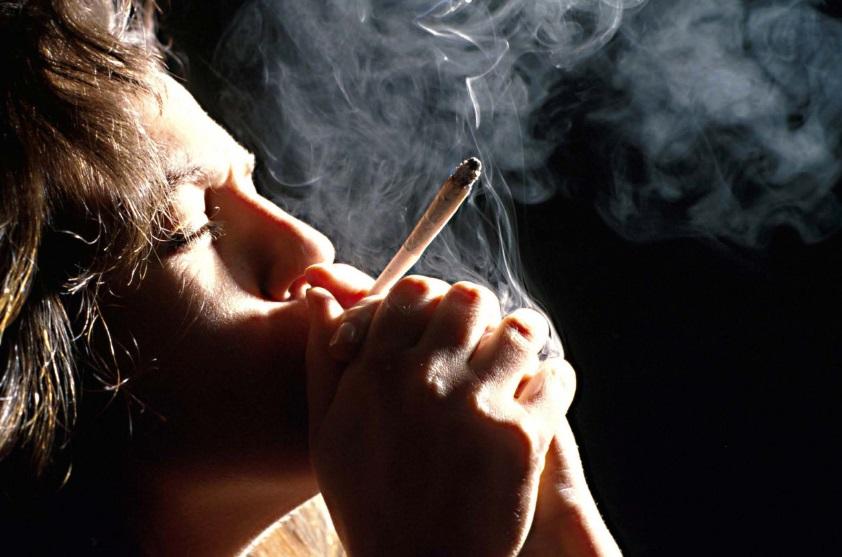 Personne en train de fumer