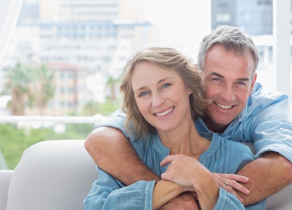 Homme et femme assis sur un canapé