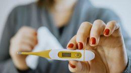 Femme avec un thermomètre