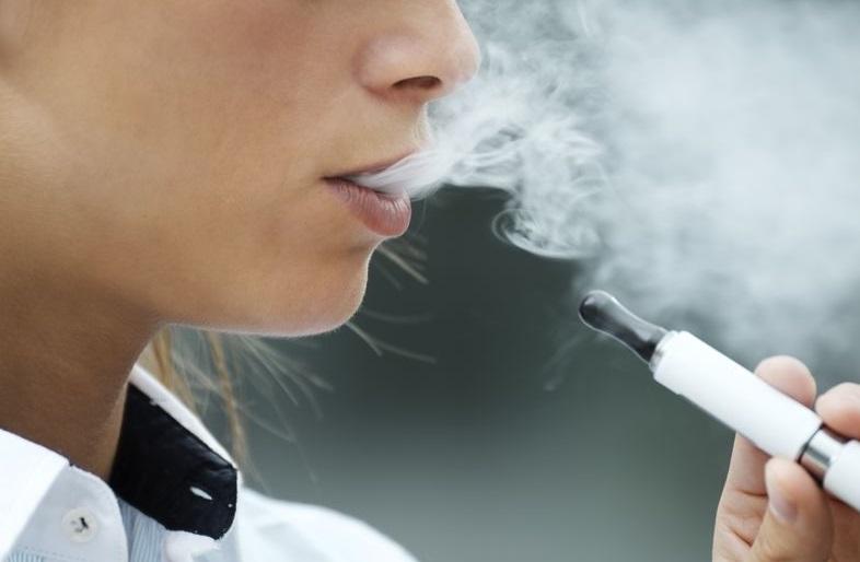 Femme qui fume une e-cigarette
