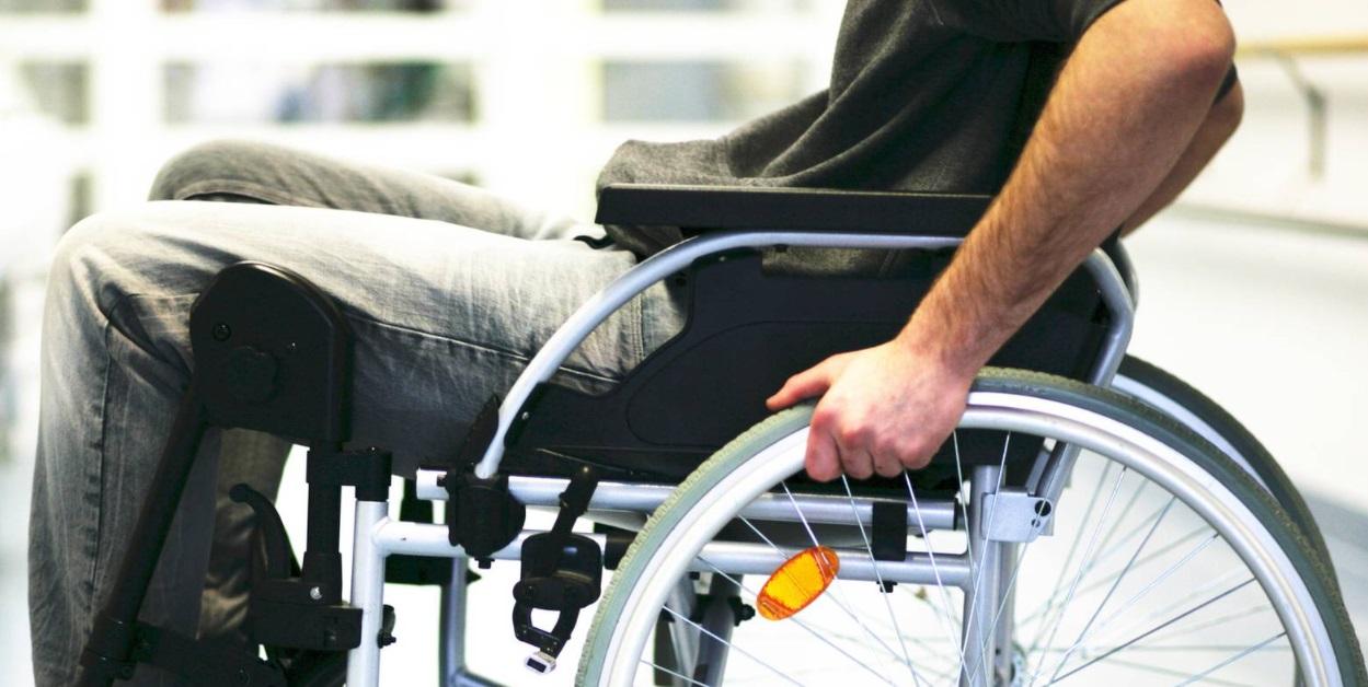 Un homme en fauteuil roulant