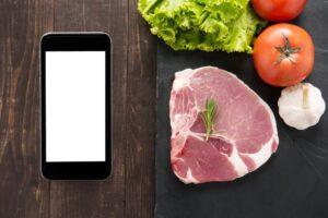 Un smartphone et de la nourriture