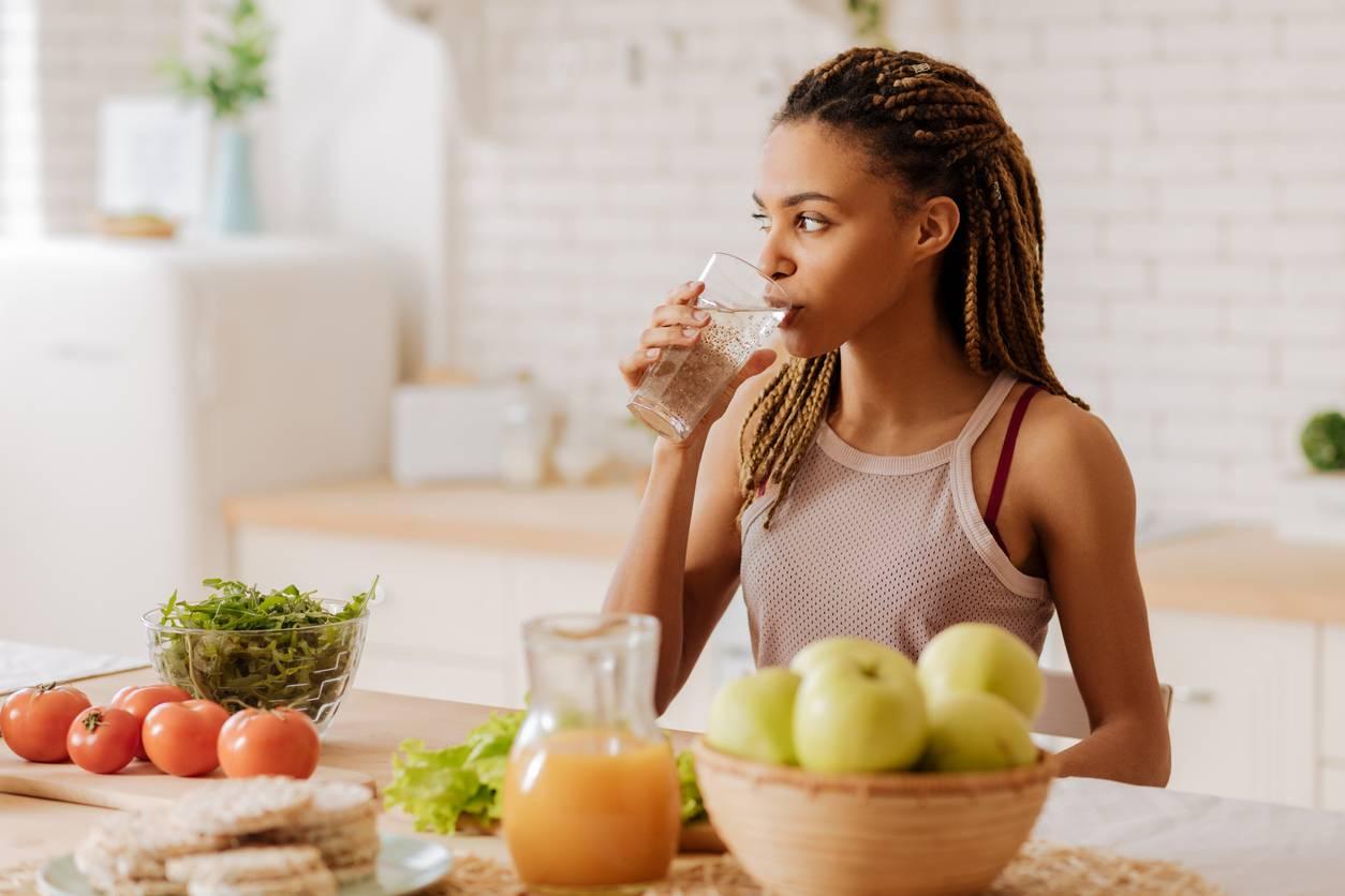 Une fille buvant du thé dans sa cuisine
