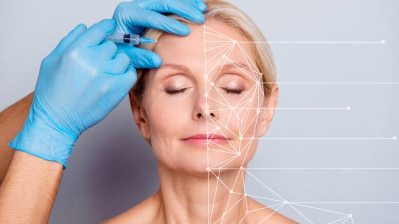 Une femme qui se fait injecter de l'acide hyaluronique