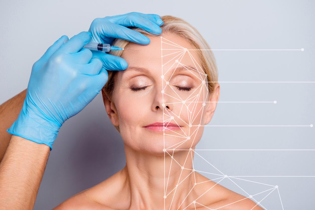 Une femme se touchant le visage
