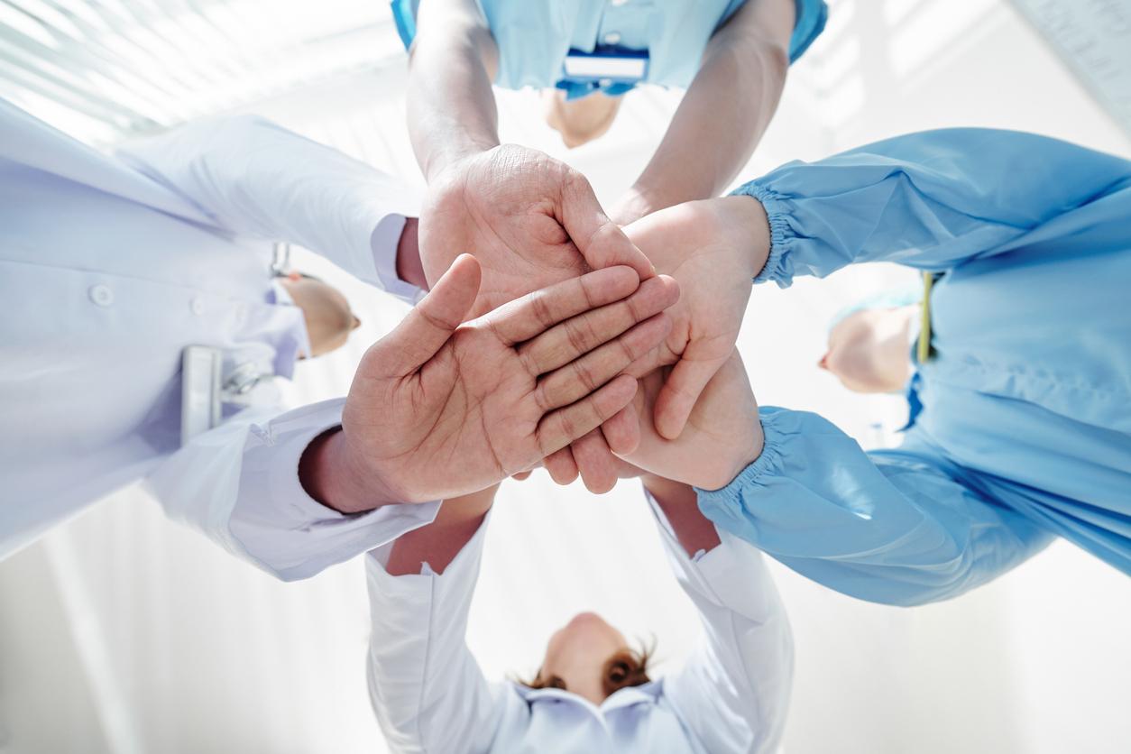 des personnels soignants se serrant les mains